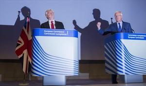 El negociador británico David Davis (izquierda) y el de la Unión Europea, Michel Barnier, ayer, en Bruselas.
