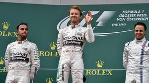 Nico Rosberg saluda al público desde lo alto del podio tras ganar el GP de Austria por delante de Lewis Hamilton y Felipe Massa.