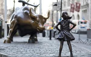 La niña de bronce frente al toro de Wall Street.