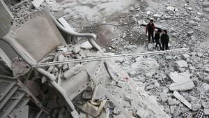Niños frente a la destrucción en la ciudad de Arbin, en el este de Siria.