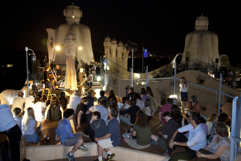 Las Nits de Jazz acogen a un público variopinto entresus espectaculares chimeneas.