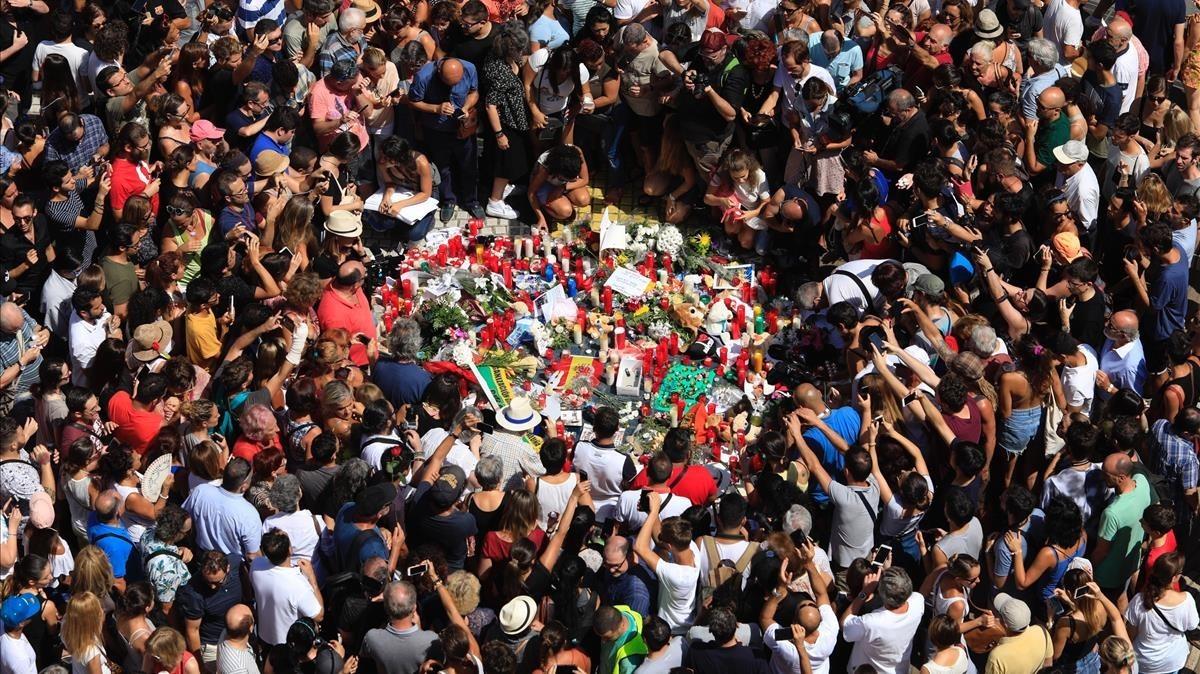 Numerosos ciudadanos congregados en la Rambla de Barcelona, tras el minuto de silencio. FERRAN NADEU