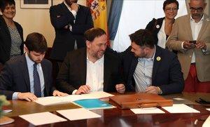 Oriol Junqueras conversa con Gabriel Rufian, en el Congreso de los Diputados.