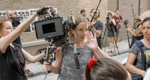Pilar Palomero, con la cámara, durante el rodaje de la película 'Las niñas'