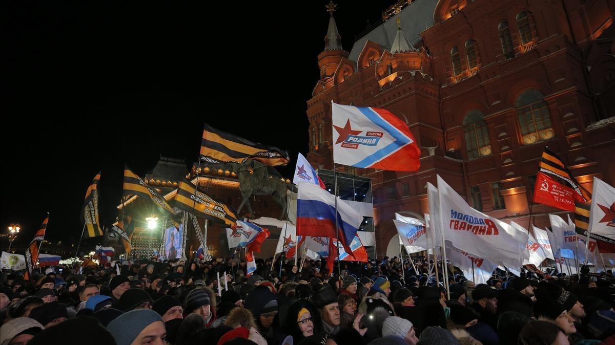 Partidarios de Putin celebran la victoria en la noche electoral, en Moscú.