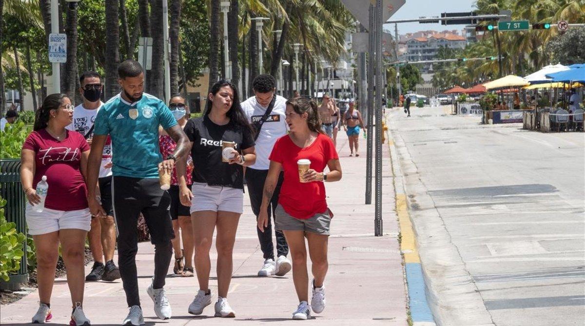 Paseantes por Miami, el pasado martes.