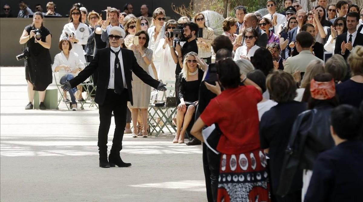 El disenador Karl Lagerfeld saluda tras presentar las creaciones de Alta Costura de la coleccion para Chanel, durante la Semana de la Moda de París.