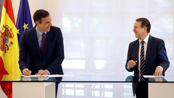 Pedro Sánchez y Abel Caballero rubrican el acuerdo entre el Gobierno y la FEMP.