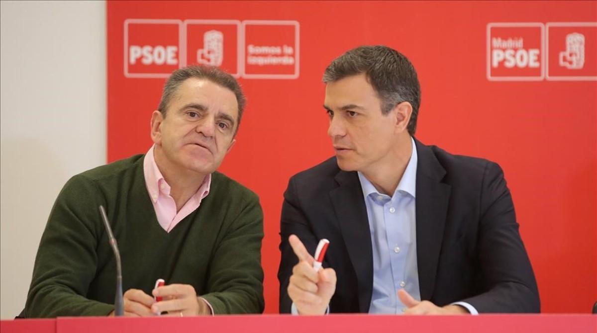 Pedro Sánchez y el líder de los socialistas madrileños, José Manuel Franco, este lunes en Coslada (Madrid).