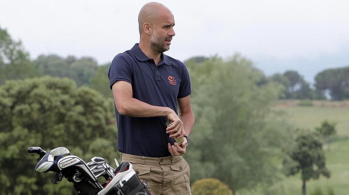 Pep Guardiola, en una imagen de archivo, jugando el Johan Cruyff Memorial en el club de golf Montanyà el pasado verano.