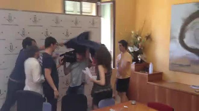 Estudiantes encerrados en la UdL agreden a periodistas