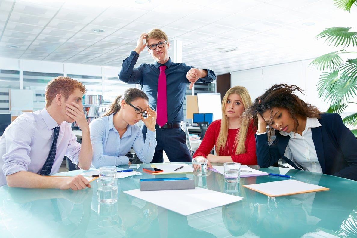 Persona negativa en una reunión en la oficina.