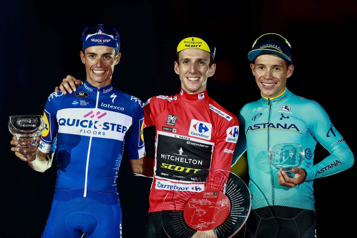 Simon Yates (en el centro), con Enric Mas (izquierda) y Miguel Ángel López, el podio de la Vuelta 2018.