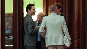 El presidentRoger Torrentconversacon los letrados del Parlament, este mediodía.
