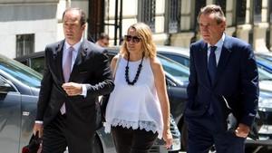 El presidente del Port de Barcelona, Sixte Cambra, a la derecha, con su abogado Rafael Entrena.