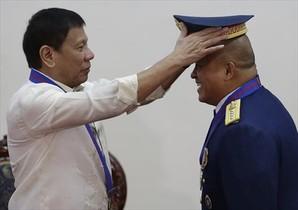 El presidente de Filipinas Rodrigo Duterte (izq), en una foto de archivo con el jefe de policía, Ronald de la Rosa.