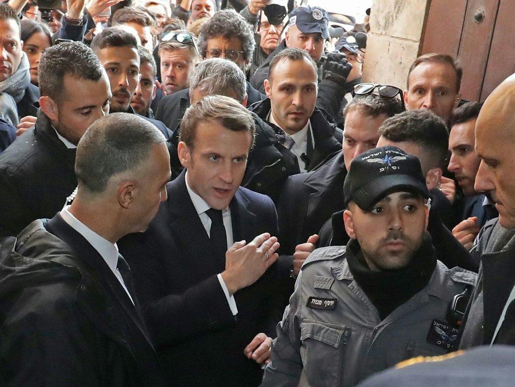El presidente francés, Enmanuel Macron, insta a la policía israelí a que le permitan entrar en la iglesia de Santa Ana en Jerusalén.