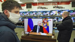March 25, 2020 - Russia: Preventive measures and precautions against coronavirus COVID-19. Broadcast of the Russian President Vladimir Putin's address to the nation on the situation caused by the coronavirus pandemic. Customers in the household appliances shop watch the broadcast. (Viktor Korotaev/Kommersant/Contacto)