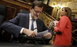Rajoy, junto a Soraya Sáenz de Santamaría, en su escaño, hoy en el Congreso.
