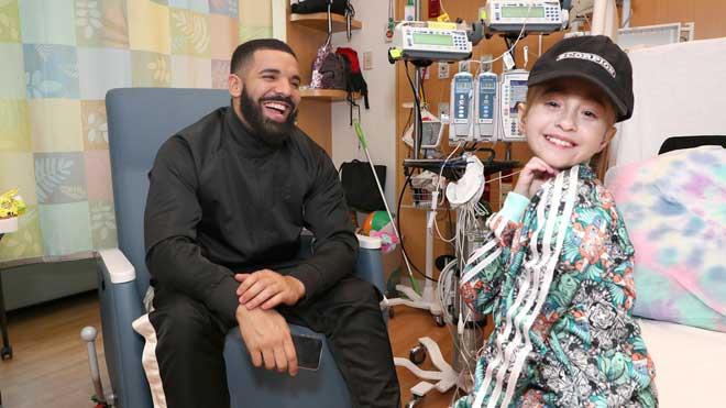 El rapero Drake visita por sorpresa a una niña hospitalizada en Chicago que soñaba con conocerle.