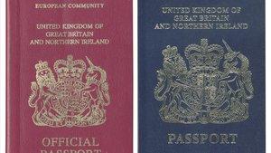 A la izquierda el pasaporte del Reino Unido con la mención Unión Europea arriba. En la derecha el documento antiguo, de color azul, que los británicos recuperarán en el 2022.