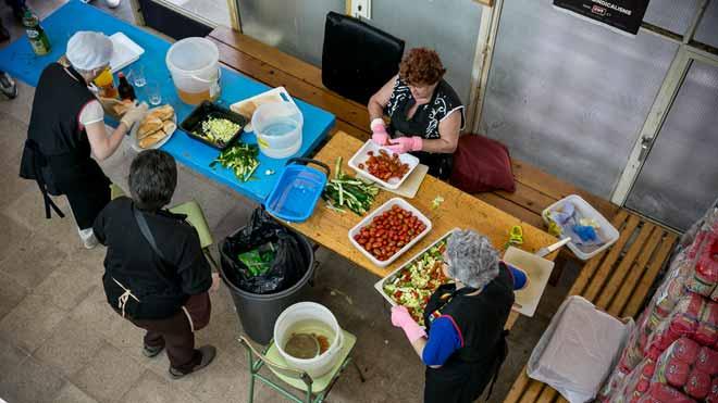 La renta mínima llegaá a un millón de hogares. En la foto, un comedor social del barrio del Besòs en Barcelona.