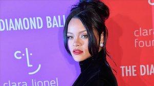 Rihanna posa en la gala Diamond Ball, en Nueva York.