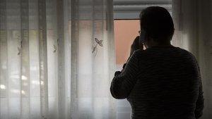 Dolores en su domicilio del Besòs, donde recibidó la llamada de un 'falso abogado' la semana pasada.