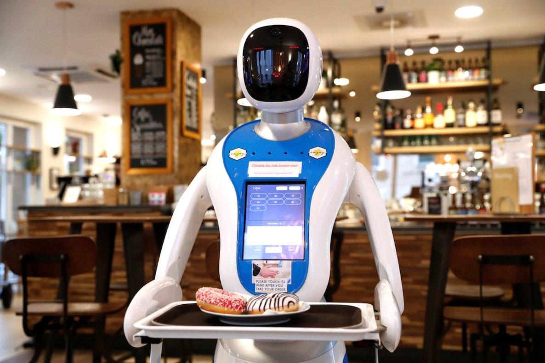 Un robot camarero sirviendo en un restaurante.
