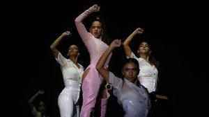 Rosalía y sus bailarinas, durante su actuación en el Fòrum de este sábado, en el marco del Primavera Sound.