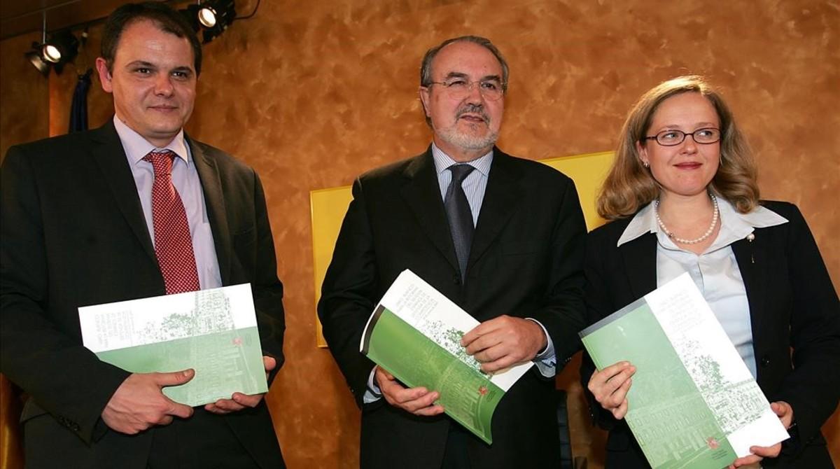 Nadia Calviño, en su etapa como directora general de Competencia en 2004, junto al exvicepresidente Pedro Solbes y al exsecretario de Estado de Economía, David Vegara.