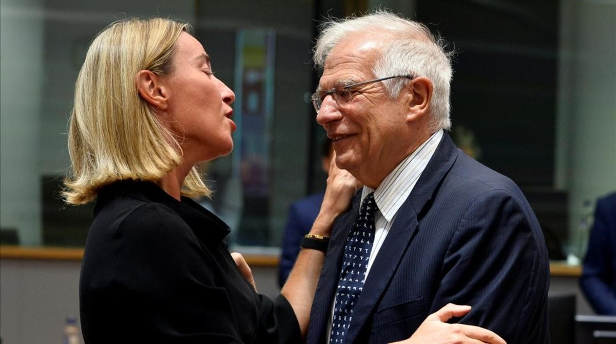 Saludo entre Federica Mogherini y Josep Borell.