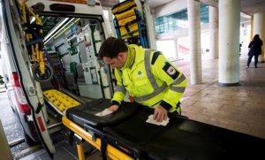 Un sanitario desinfecta unacamilla en el exterior del Hospital Universitario Son Espases dePalma, donde ha sido diagnosticado el segundo caso de coronavirus en España.
