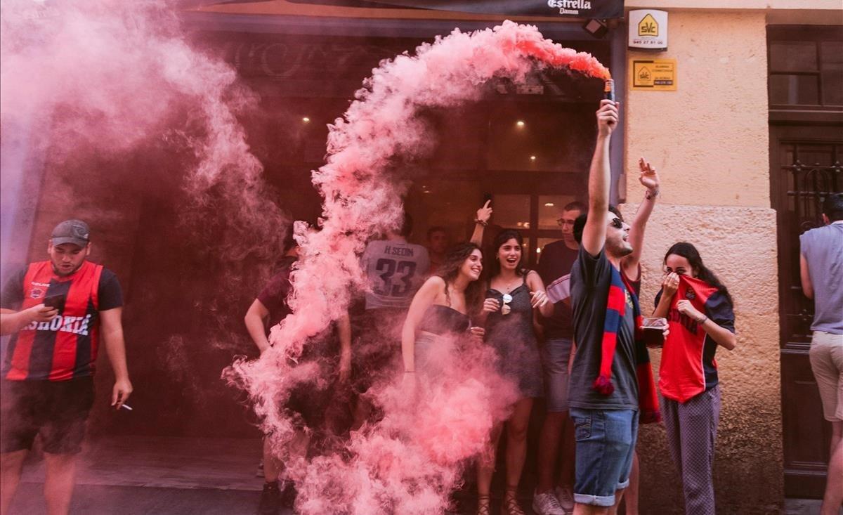 Aficionados del Baskonia, en las calles de Vitoria.
