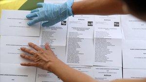 Sobres y papeletas en un colegio electoral de Bilbao
