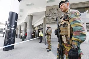 Soldados belgas vigilan la estación central de Bruselas tras ser evacuada por un aviso por un paqueta sospechoso, en 19 de junio.