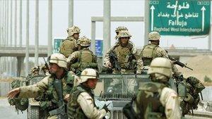 Soldados estadounidenses en un control de seguridad militar para entrar en Faluya, en abril del 2004.