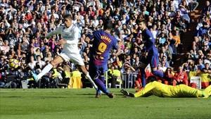 Suárez marca el primer gol ante Varane y Navas.