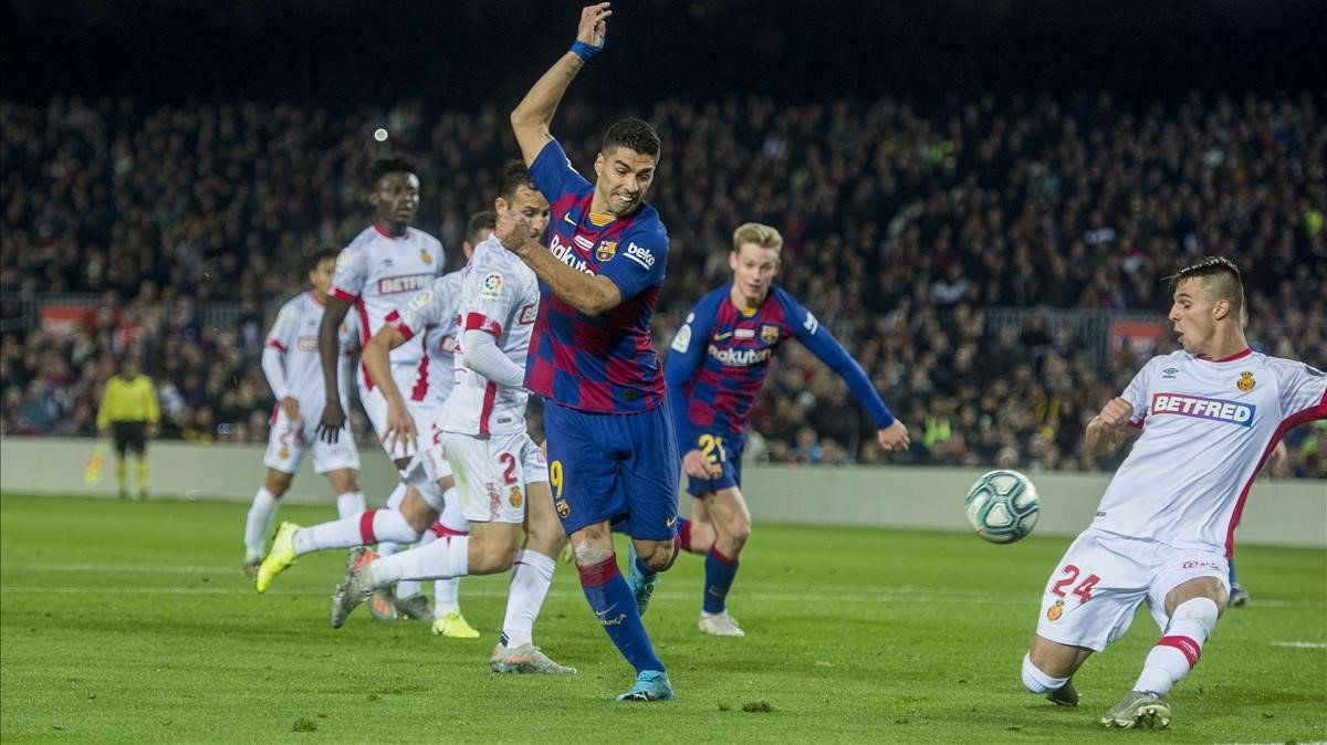 Suárez da el taconazo que supuso el 4-1 al Mallorca en el Camp Nou.