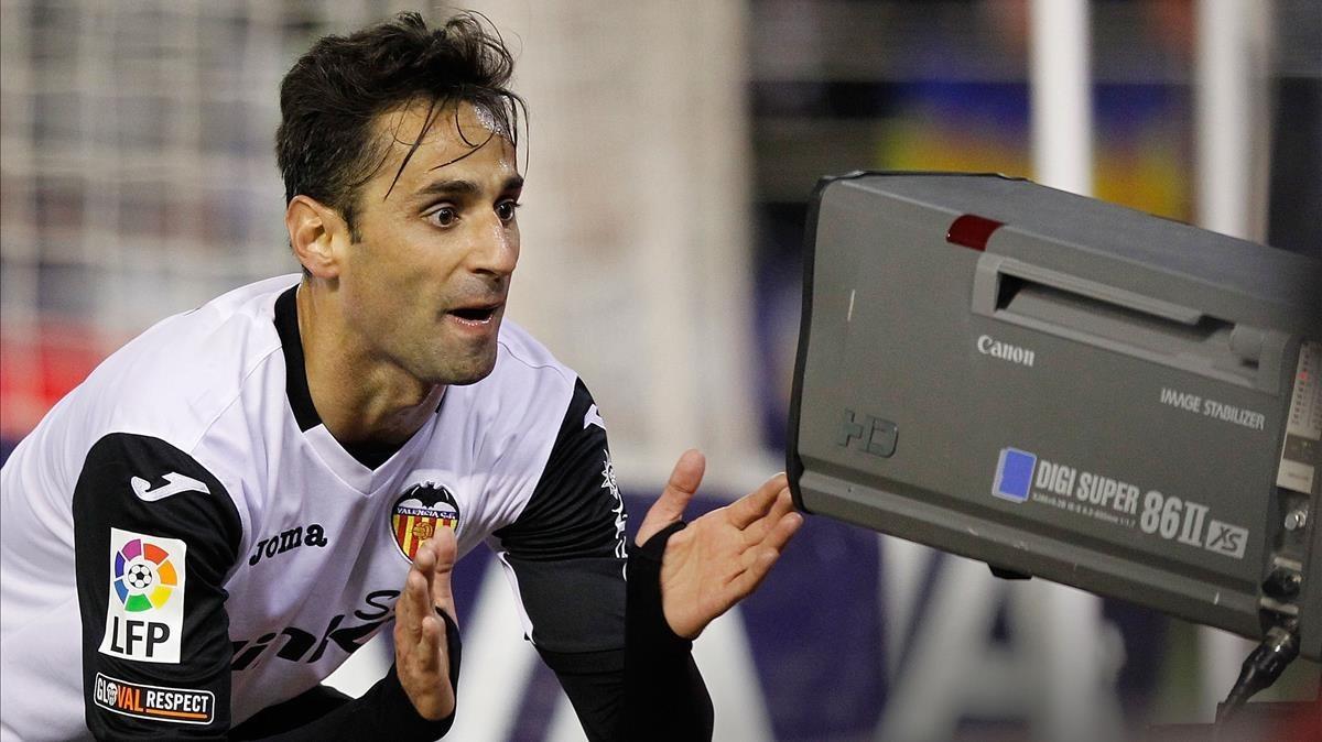 El jugador del Valencia Jonás celebra un gol en Mestallaante una cámara detelevisión.