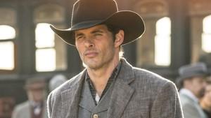 El actor James Marsden, en Westworld, serie de ciencia ficción de la cadena estadounidense HBO.