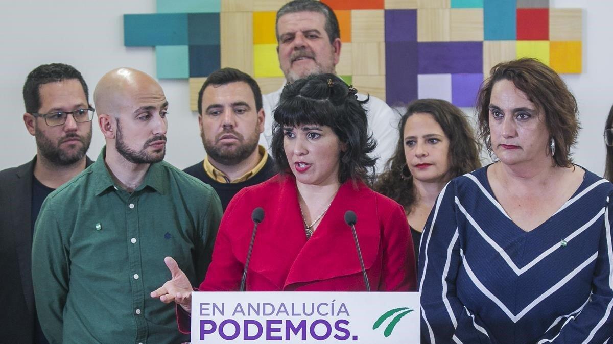 Teresa Rodríguez (en el centro, de fúcsia) durante su intervención en una rueda de prensa junto a su antiguo equipo, en la sede de Podemos Andalucía, en Sevilla, el pasado 13 de febrero.