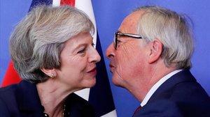 Theresa May y Jean-Claude Juncker se saludan en una imagen del pasado octubre.