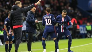 Tuchel da instrucciones mientras Neymar es sustituido por Mbappé en el PSG-Lille.
