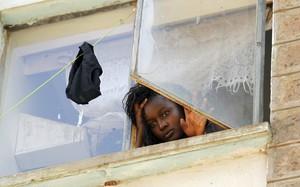 Una estudiante mira a través de una ventana en la residencia de mujeres del campus de Kikuyu, en Nairobi.