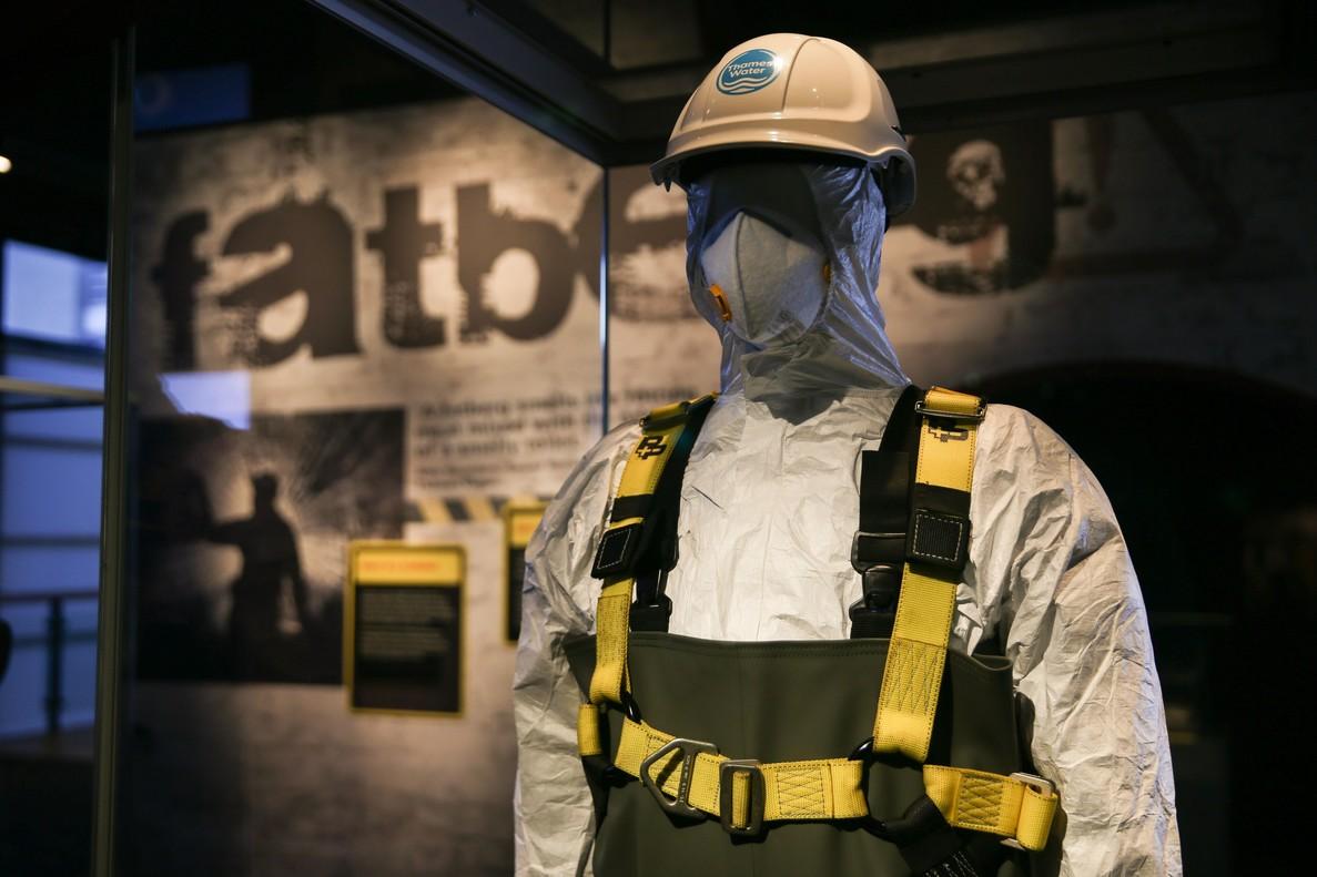 Un maniquí con el uniforme de los trabajadoresen las alcantarillas en la exposición Fatberg, en Londres