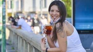 Una mujer toma un cocktailen Milán.