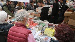 Un puesto de venta de libros.