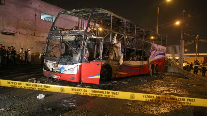 Una veintena de muertos al incendiarse un autobús en Perú.