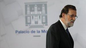 Mariano Rajoy llega a la sala de prensa de la Moncloa, el 1 de octubre del 2017, para leer una declaración institucional.